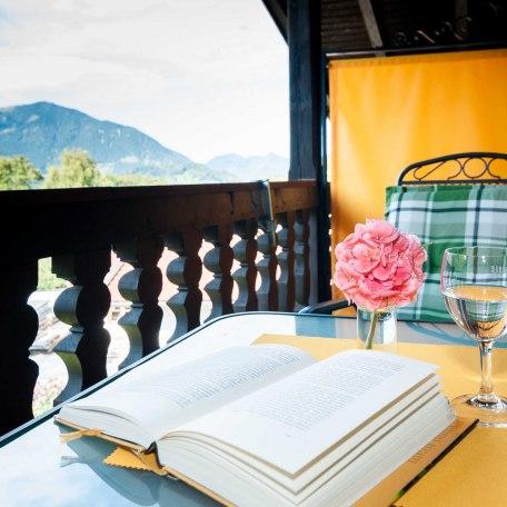 Balkon mit Ausblick auf die Berge, © im-web.de/ Alpenregion Tegernsee Schliersee Kommunalunternehmen